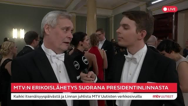 """Linnan juhlat 2019, Pääministerin paikalta eronnut Antti Rinne jyrähtää itsenäisyyspäivän vastaanotolla: """"Puhtaalla valehtelulla saattaa pärjätä myös politiikassa"""""""