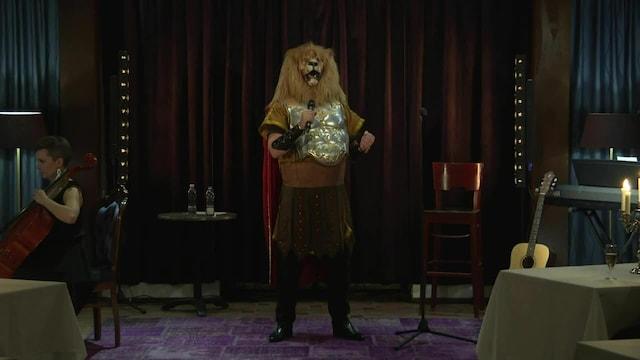 Viihdeuutiset, Sami Hedbergin nettilivekeikalla koettiin jättiyllätys – Masked Singer -ohjelmasta tuttu Leijona asteli kameroiden eteen