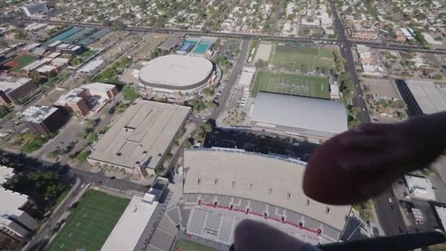 Amerikkalainen jalkapallo, NFL:n supertähti teki hurjan maailmanennätyksen - nappasi kiinni helikopterista heitetyn pallon