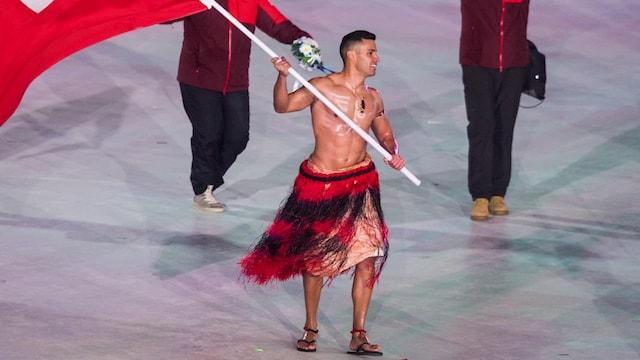 Olympialaiset, Pita Taufatofua kisaa talviolympialaisten jälkeen taas kesäolympialaisissa – paita taas pois?