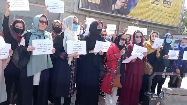 Reuters, Rohkeat naiset osoittavat mieltään Talebanin hallinoimassa Afganistanissa – tältä Kabulissa näytti mielenilmauksessa, katso video!