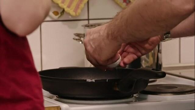 Makuja, Kari Aihinen näyttää, miten kananmuna paistetaan