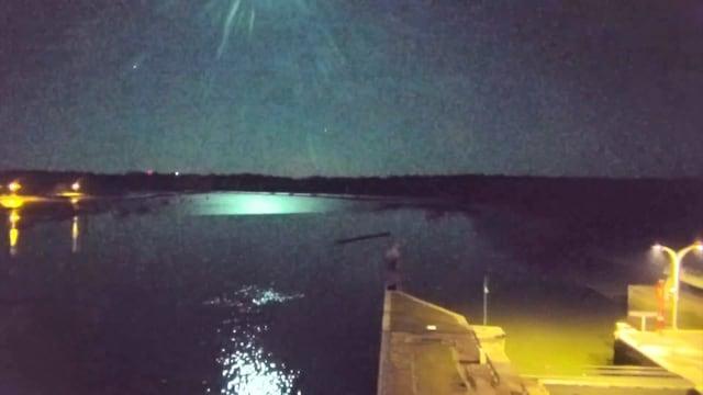 Reuters, Meteori valaisi taivaan Ranskassa – tältä mykistävä valoilmiö näytti yön pimeydessä