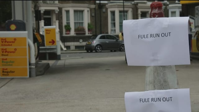 Uutisjutut: Ulkomaat, Bensa-asemien jonot kiristävät tunnelmia Iso-Britanniassa