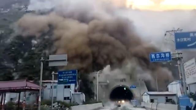 Uutisklipit, Tallentui kameraan: Maanvyöry tukkii tunnelin Kiinassa