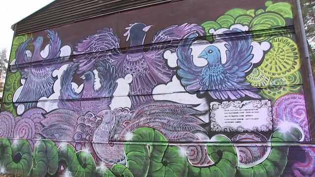 Kevennys 9.10.2021, Pian purettaviin kiinteistöihin on tehty muraaleja, maalauksia ja installaatioita Nummelassa