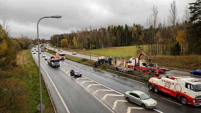 MTV Uutiset Live, MTV paikalla: Kumoon kaatunut rekka katkaisi liikenteen Turunväylällä – tältä onnettomuuspaikalla näyttää